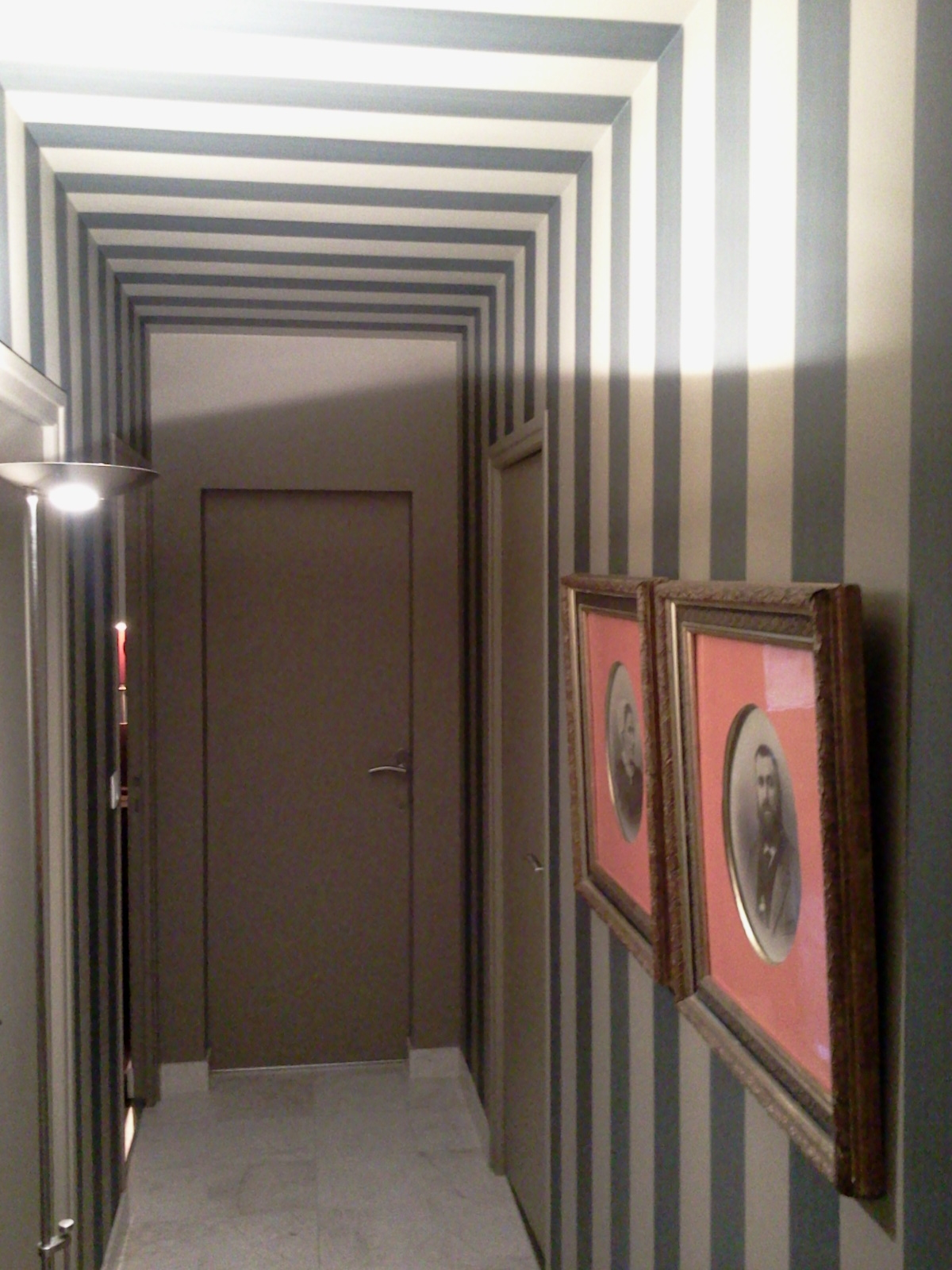 couleursetcontrastes-clisson-Beau rythme raye pour ce couloir